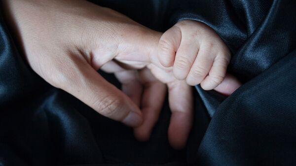 Las manos de una madre y su bebé (archivo) - Sputnik Mundo