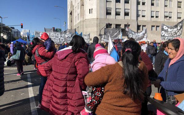 Manifestantes de organizaciones sociales en el acampe frente al Ministerio de Desarrollo Social - Sputnik Mundo