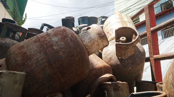 Bombonas vacías dentro del camión de la empresa de propiedad social directa comunal gas de Antímano, Caracas, Venezuela - Sputnik Mundo