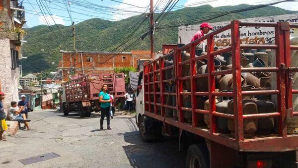 Carga y descarga de bombones de la empresa de propiedad social directa comunal gas de Antímano, Caracas, Venezuela - Sputnik Mundo