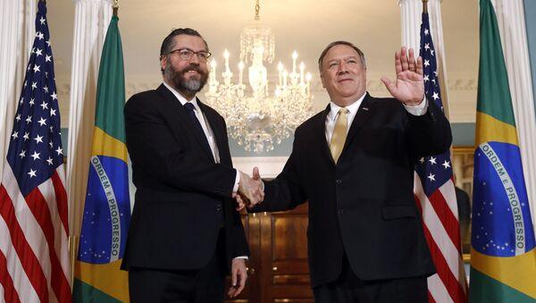 El secretario de Estado de EEUU, Mike Pompeo, y el canciller brasileño, Ernesto Araújo - Sputnik Mundo