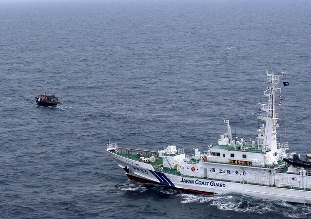 Una lancha norcoreana y un patrulero japonés