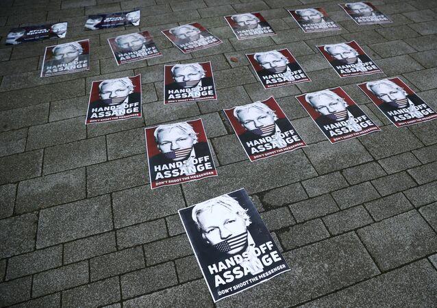 Los carteles en apoyo del fundador de WikiLeaks, Julian Assange