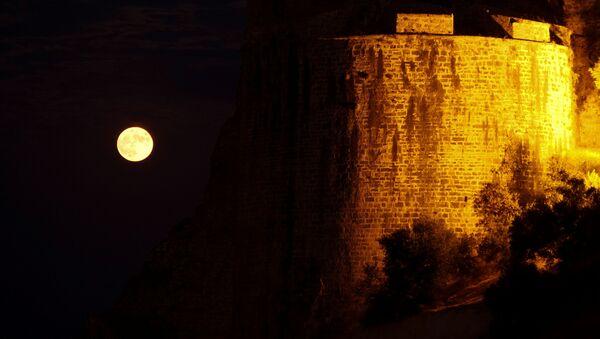 Una luna llena sale junto al castillo veneciano de la ciudad de Koroni, Grecia. - Sputnik Mundo