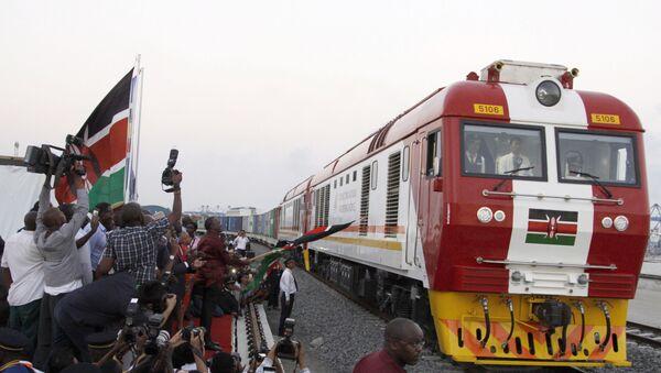 Un tren empieza a circular por el ferrocarril que une Mombasa con Nairobi  - Sputnik Mundo