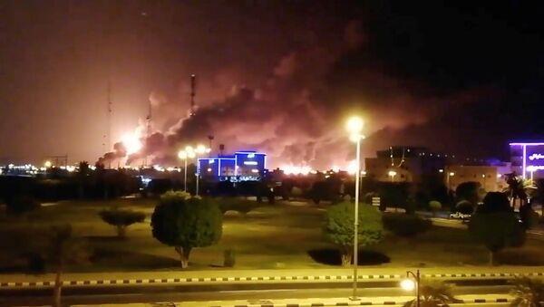 El humo de las refinerias incendiadas en Arabia Saudí - Sputnik Mundo