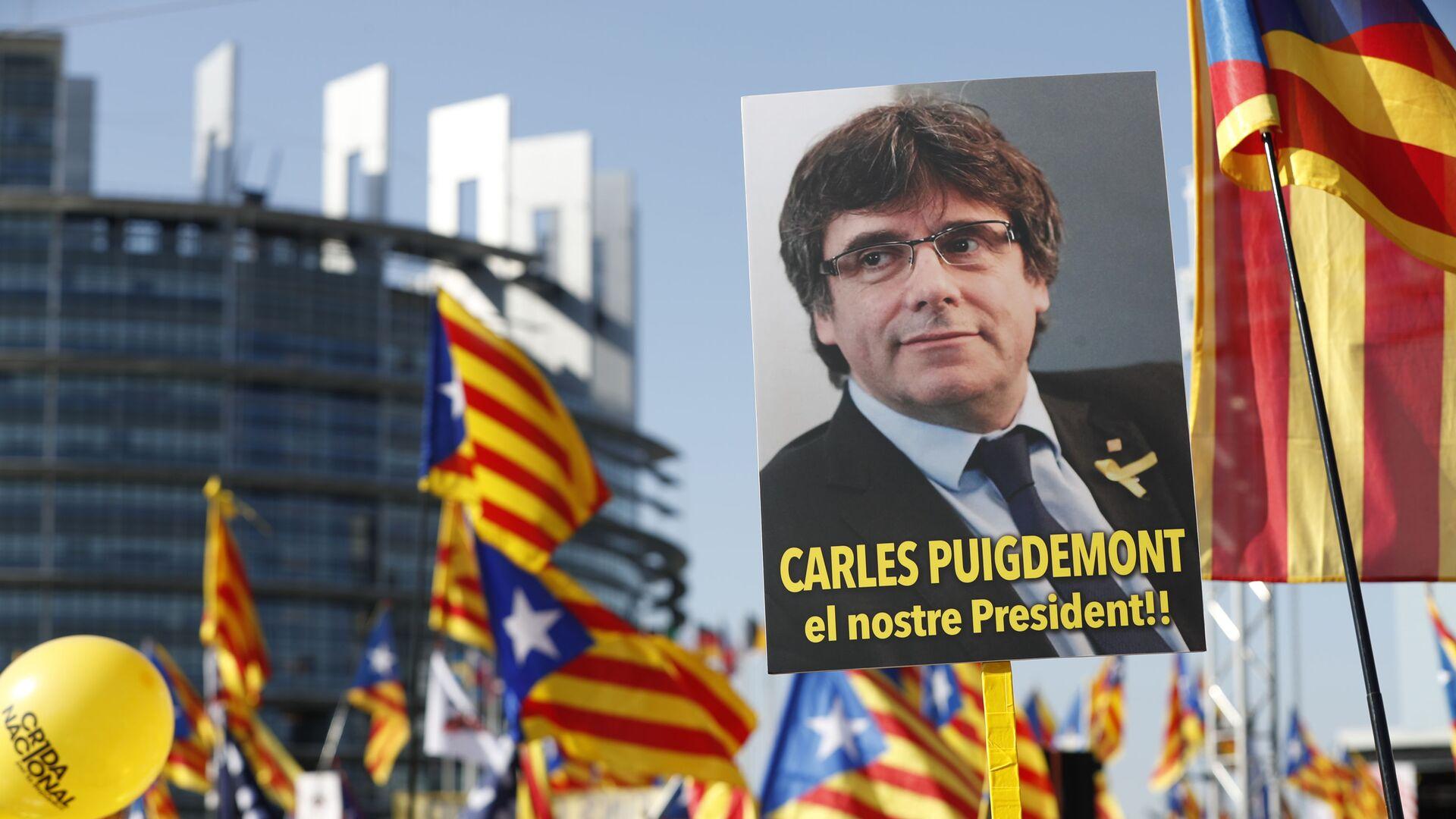 Marcha de protesta al frente del Parlamento Europeo (Estrasburgo, Francia) en contra de la persecución del líder independentista catalán, Carles Puigdemont, el 2 de julio de 2019 - Sputnik Mundo, 1920, 09.03.2021