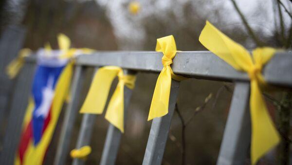 Lazos amarillos junto a la bandera independentista, símbolos independentistas catalanes (archivo) - Sputnik Mundo