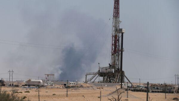 El humo en la petrolera saudí Aramco tras el ataque con drones - Sputnik Mundo