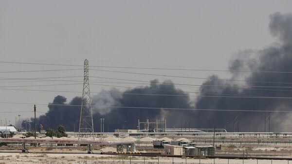 El humo en las refinerias saudíes Aramco tras el ataque con drones - Sputnik Mundo