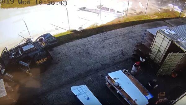 Un hombre esquiva de 'milagro' de una avioneta que se estrelló - Sputnik Mundo