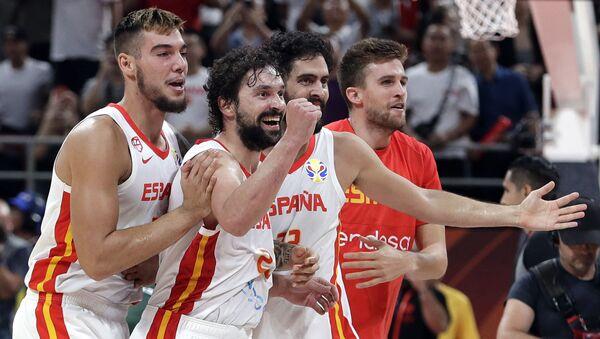 Willy Hernangomez Geuer, Sergio Llull y Javier Beiran, jugadores de la selección de España en la Copa Mundial de baloncesto - Sputnik Mundo