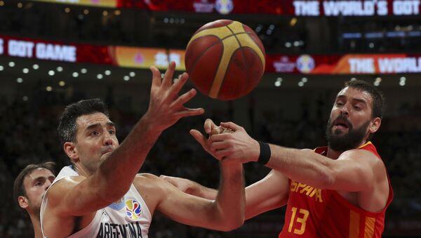 Luis Scola de Argentina y Marc Gasol de España durante la final de la Copa Mundial de baloncesto - Sputnik Mundo
