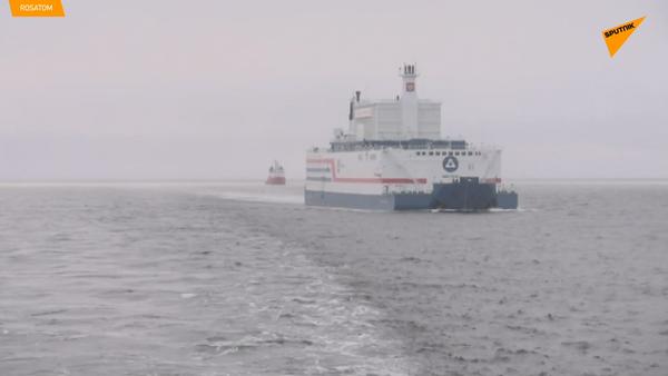 La central flotante Akademik Lomonosov es amarrada en un puerto de Chukotka - Sputnik Mundo
