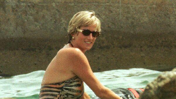 La princesa Diana nada en el mar - Sputnik Mundo