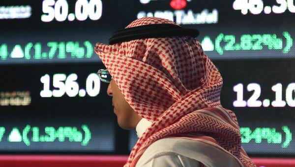 Un hombre árabe en la bolsa de Tawadul, Arabia Saudí - Sputnik Mundo