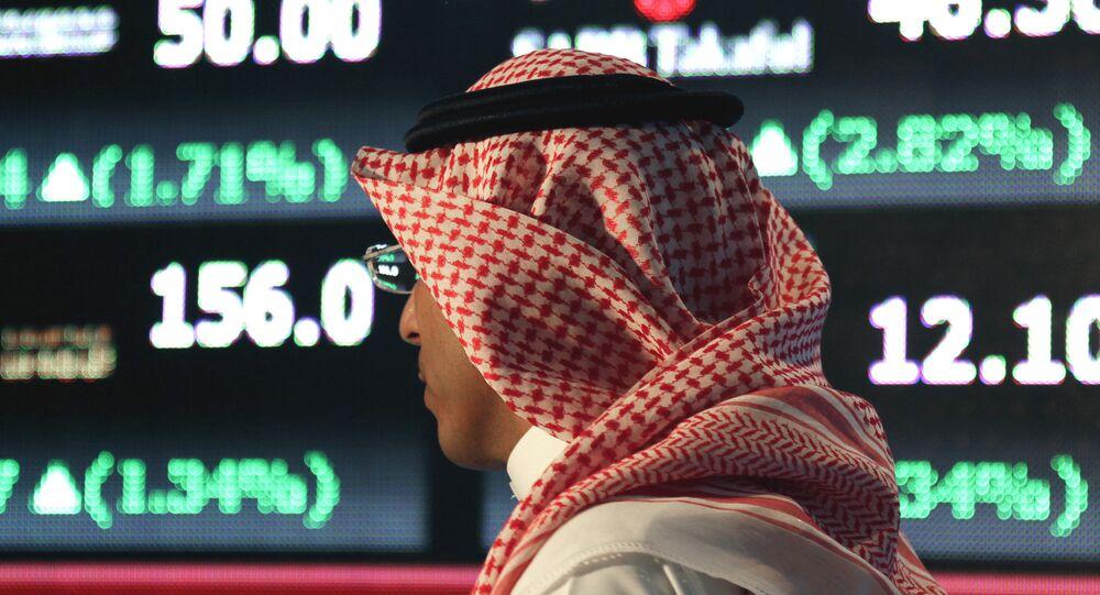 Un hombre árabe en una bolsa en Arabia Saudí (archivo)