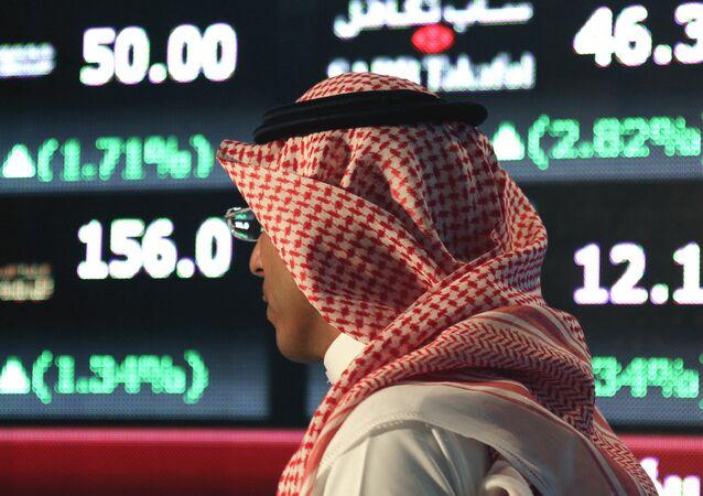 Un hombre árabe en la bolsa de Tawadul, Arabia Saudí
