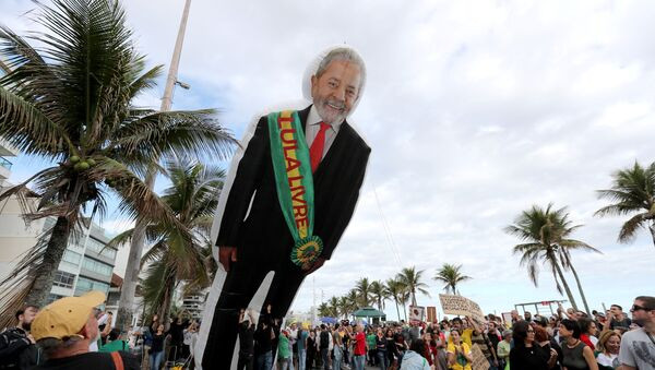 Una figura de Luiz Inácio Lula da Silva en la manifestación en Brasil - Sputnik Mundo