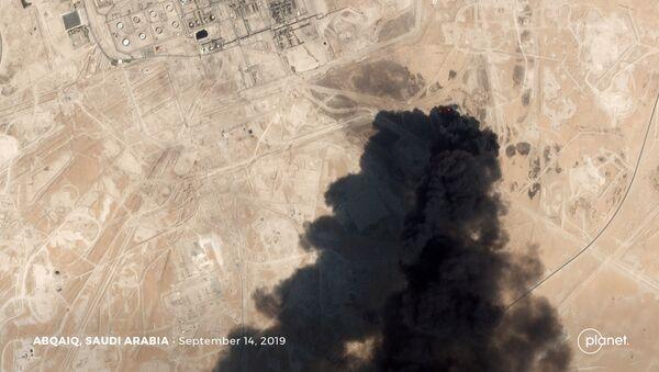 Imagen satelital muestra el humo en las refinerias saudíes Aramco tras el ataque con drones  - Sputnik Mundo