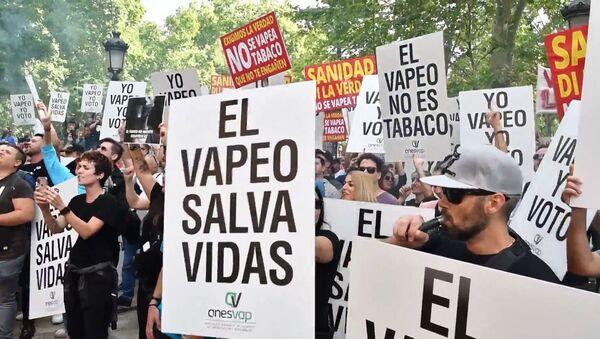 Los 'vapeadores' protestan contra la campaña antitabaco en Madrid - Sputnik Mundo
