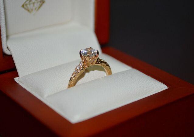 Un anillo de compromiso, referencial