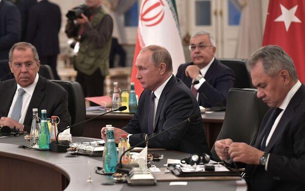 Delegación rusa, presidida por el presidente Vladímir Putin, en el encuentro tripartita en Ankara, el 16 de agosto de 2019 - Sputnik Mundo