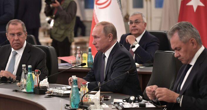 Delegación rusa, presidida por el presidente Vladímir Putin, en el encuentro tripartita en Ankara, el 16 de agosto de 2019