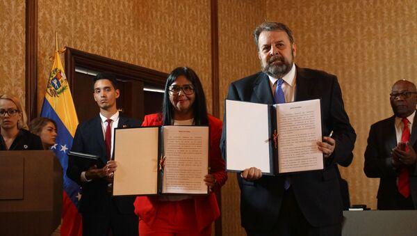 La vicepresidenta de Venezuela, Delcy Rodríguez junto al diputado de la Asamblea Nacional de Venezuela, fundador del partido Cambiemos Movimiento Ciudadano, Timoteo Zambrano - Sputnik Mundo