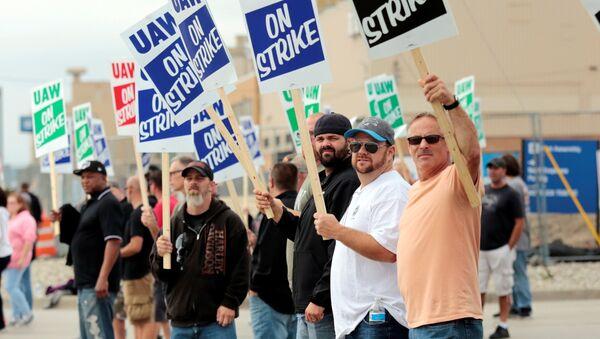Miembros del sindicato United Auto Workers protestan contra General Motors - Sputnik Mundo