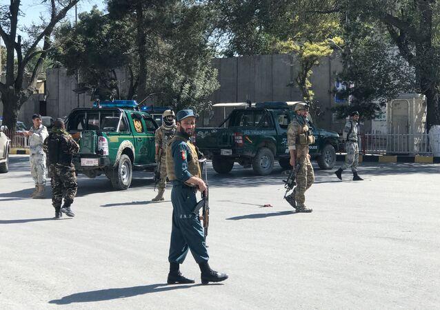 Las Fuerzas de Seguridad de Afganistán cerca del lugar de la explosión en Kabul