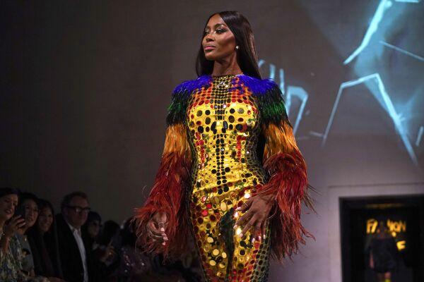 Extravagantes y semidesnudas: Campbell y otras modelos en la Semana de la Moda de Londres  - Sputnik Mundo