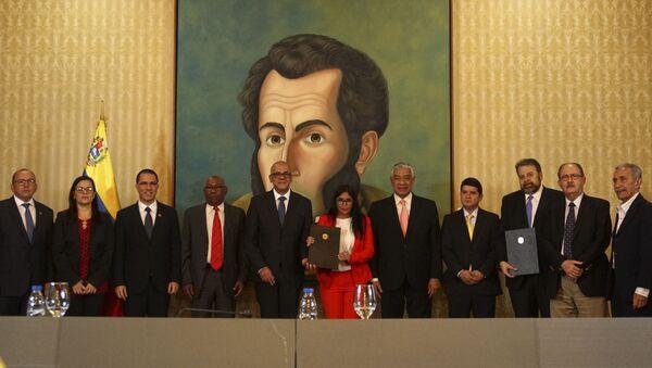 Las autoridades del Gobierno venezolano y de la oposición después de firmar un acuerdo - Sputnik Mundo