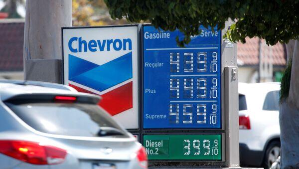 El prescio de gasolina, California, EEUU - Sputnik Mundo