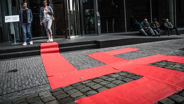 Esvástica formada con alfombras rojas por el artista Ralph Posset, durante la inauguración de la exibición 'Diseño del Tercer Reich', en el Museo de Diseño Den Bosch (Países Bajos) - Sputnik Mundo