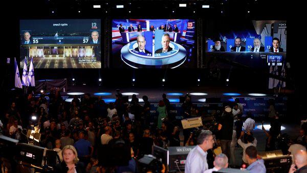 Pantallas con los resultados de las elecciones en Israel - Sputnik Mundo