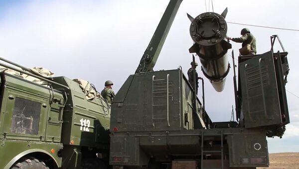 Los temibles Iskander-M rusos ocupan posiciones de lanzamiento de misiles - Sputnik Mundo