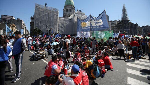 Los demonstrantes ante el Senado de Argentina en Buenos Aires - Sputnik Mundo