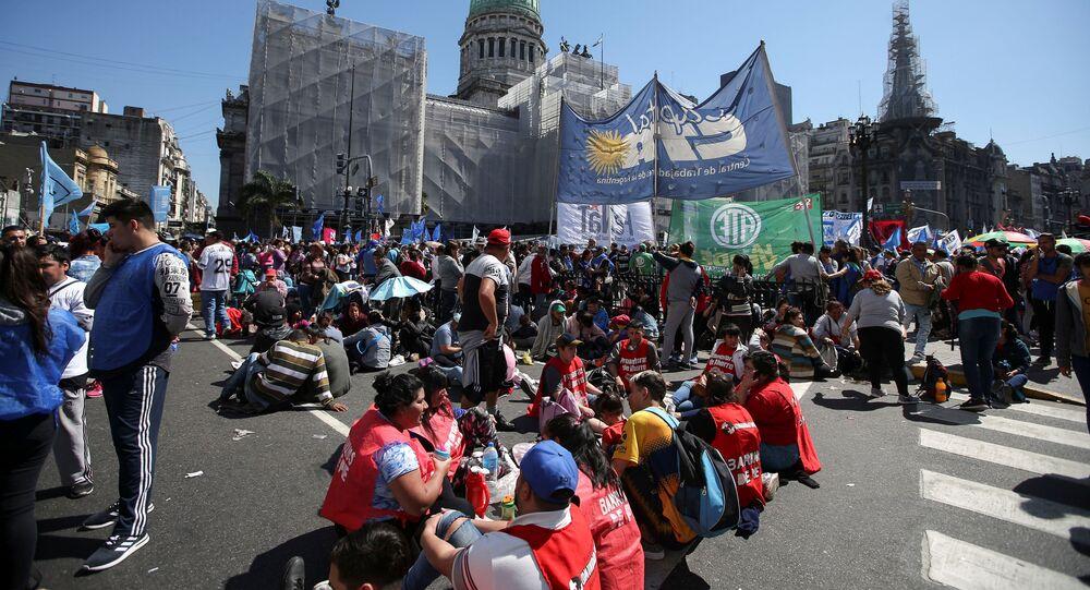 Los demonstrantes ante el Senado de Argentina en Buenos Aires