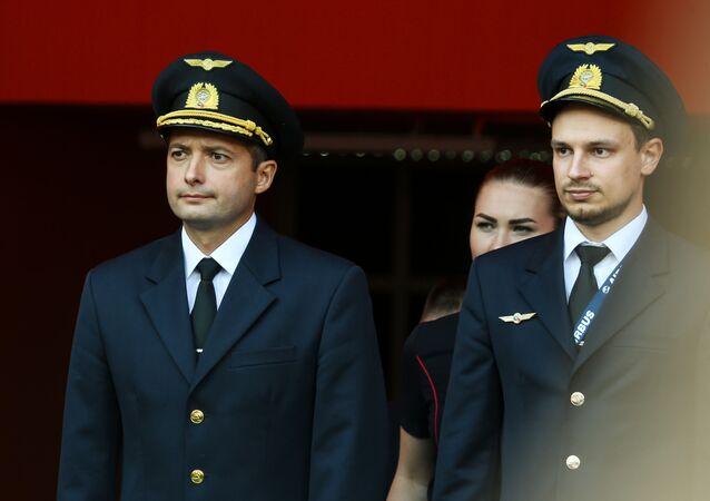 Damir Yusúpov y Gueorgui Murzin, comandante y copiloto del Airbus A321 de Ural Airlines que aterrizó en un maizal cerca de Moscú