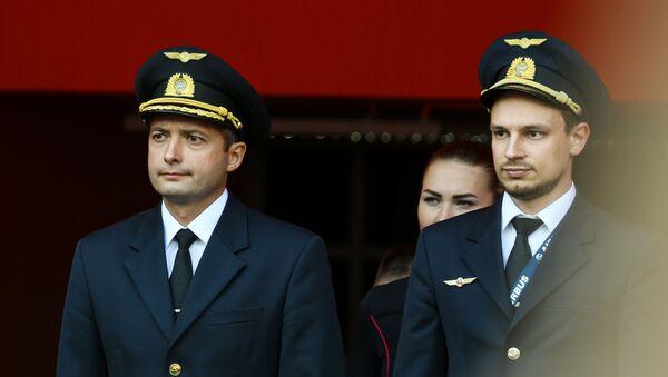 Damir Yusúpov y Gueorgui Murzin, comandante y copiloto del Airbus A321 de Ural Airlines que aterrizó en un maizal cerca de Moscú - Sputnik Mundo