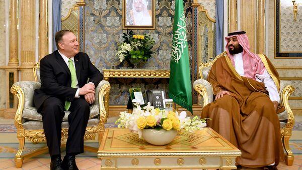 El secretario de Estado de EEUU, Mike Pompeo, y el príncipe heredero de Arabia Saudí, Mohammed bin Salman - Sputnik Mundo