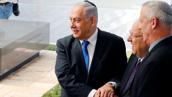 El primer ministro israelí en funciones, Benjamín Netanyahu, el presidente de Israel, Reuven Rivlinm y el líder de la coalición Azul y Blanco, Benny Gantz - Sputnik Mundo