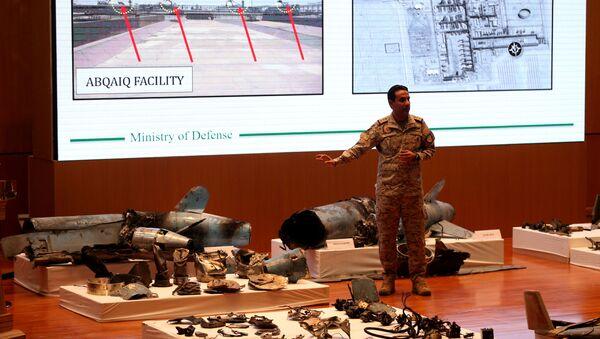 El portavoz del Ministerio de Defensa saudí, Turki Maliki, muestra las pruebas de implicación de Irán en los ataques contra refinerías - Sputnik Mundo
