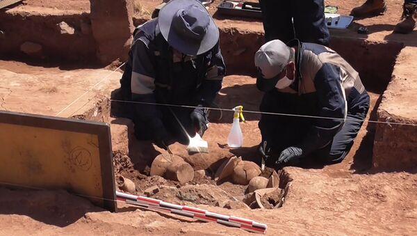 Arqueólogos bolivianos encuentran vasijas precolombinas en Tiwanaku - Sputnik Mundo