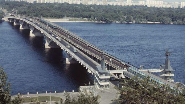 Puente Metro sobre el río Dniéper en Kiev - Sputnik Mundo