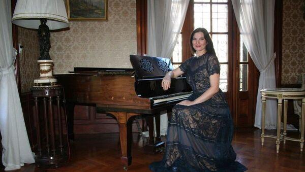 La cantanta de opera rusa Evgenia Pirshina durante su visita a la Embajada Rusa en Uruguay - Sputnik Mundo