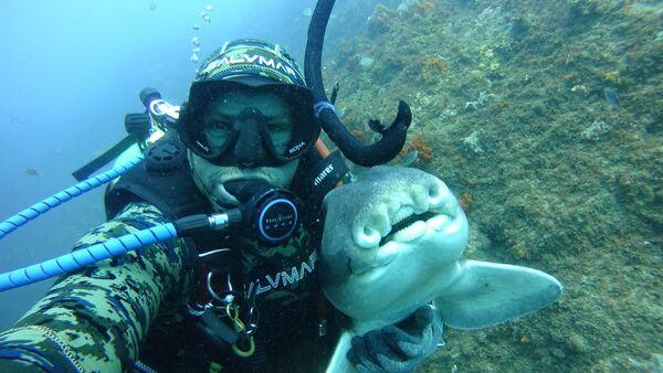 Rick Anderson y un tiburón de Port Jackson, en Australia - Sputnik Mundo