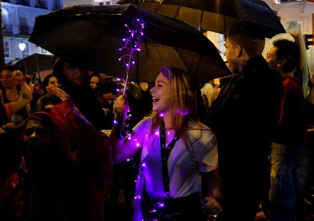 Una mujer participa en una manifestación contra la violencia de género en la Plaza del Sol, en Madrid, España
