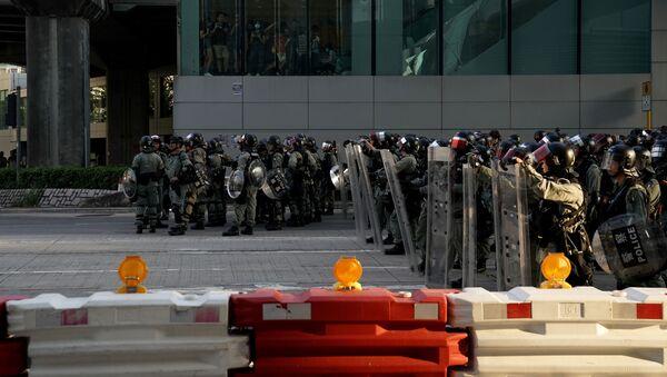 Policía de Hong Kong durante las protestas - Sputnik Mundo
